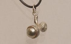 kleine Eichel aus Silber mit Perle als Schmuckanhänger