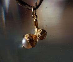 kleiner Schmuckanhänger aus Silber vergoldet Eichel