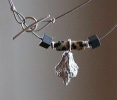 Zarter Halsschmuck aus Silber mit Edelsteinen schwarz und braun