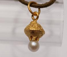 kleiner zierlicher Schmuckanhänger aus Silber vergoldet mit Perle