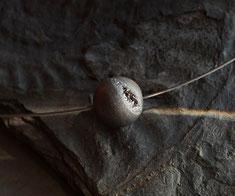 scharze graue Edelsteinkugel als Schmuck