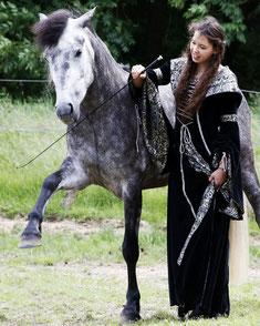 Pferdeausbilderin Nadine J. M. Knauer mit ihrem Leonharder Wallach Sir Nepomuk, Foto: Julia Gens