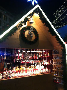 クリスマスマーケットでは家に飾るための雑貨がたくさん売られている
