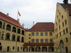 Burg Trausnitz, Arkadenhof mit Blick auf den Damenstock