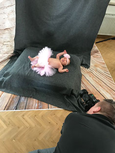 Fotograf macht Fotos bei Neugeborenenshooting
