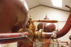 A Cognac , nous savons ce que distillation du vin veut dire. L'Alambic tourne de Novembre à Mars,  jours et nuits, 24 heures sur 24 et 7 jours sur 7. Pendant longtemps le bouilleur de cru, passait ses nuits à coté de la chaudière ...