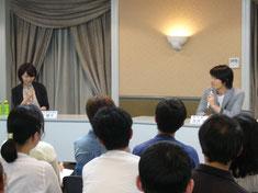 中町綾子・日芸教授(左)と脚本家・古沢良太さん
