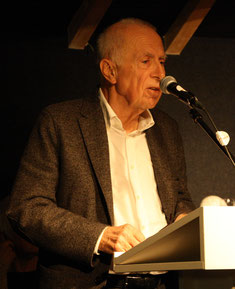 Michael Schmid-Ospach stellt dem Publikum Monika Clever vor