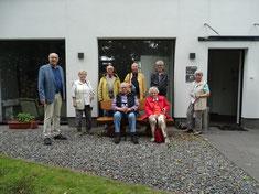 Der Vorstand vor der Begegnungsstätte der Stadt Geestland mit dem Vorsitzenden Steffen Tobias, links