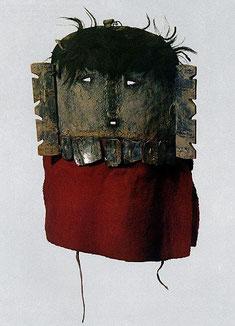Masken, wie diese Navaho-Gesichtsmaske als Symbol der Göttin des Beistandes, verwandelten Indianer in Idole, deren Kräfte dem Stamm im Krieg und bei der Bisonjagd halfen.
