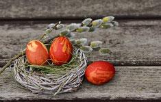 3 rote Ostereier im Nest