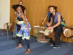 """Les musiciens et la danseuse du groupe Sabatou (""""Sabatou"""" signifie en dialecte malinké """"le hasard d'une joyeuse rencontre"""""""
