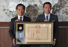 金坂昌典大網白里市長(右)を訪問し、受章報告する田村会長(左)