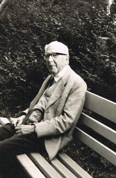 Prof. Seige mit 87 Jahren auf einer Bank in der Esplanade - Archiv Dr.C.Seige