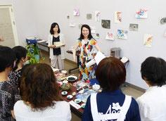 2019年「第9回 石州和紙に描いた日本画展」関連ワークショップ(石正美術館)写真中央:谷保玲奈先生