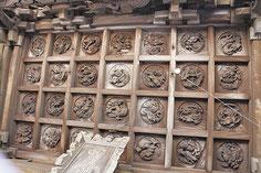 向拝格天井の彫り物「龍二十八態」