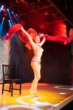 Burlesque Tänzerin Dixie Dynamite München buchen, Showgirls, Showtänzerinnen, Showtanz, Künstler für Showeinlagen, Retrostyle, 20er Jahre, 50er Jahre, Burlesque Performer, Show Act, Glamour, Dita von Teese, Deutschland Österreich Schweiz Workshop lernen