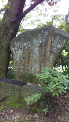 三滝寺鐘楼脇にある句碑