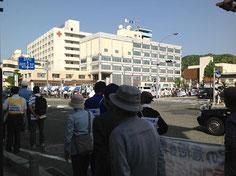 市役所に次々到着する行進団