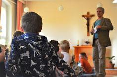 Jeden Morgen finden Andachten mit Gebet und Gesang statt