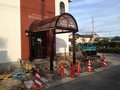 教会左側拡張部分排管工事・玄関側を望む。