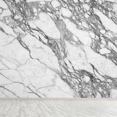 Marmurinės sienos ir pertvaros iš natūralių ir dirbtinių akmenų suteikia namams elegancijos