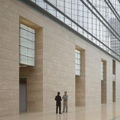 Travertino fasadai atrodo jaukiai ir yra patvarūs