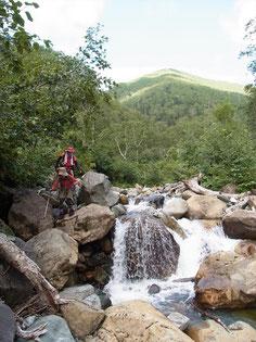 後ろの稜線より下りてきました。もうすぐ幌尻山荘に到着です