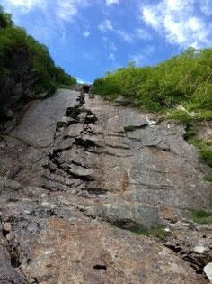 最後の大滝と山頂に続く青空