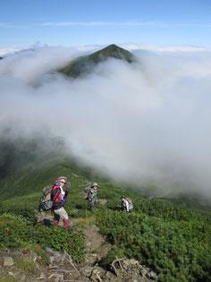 雲に浮かぶ「戸蔦別岳」とメンバー
