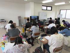 TV画面には、本校の様子が映っています。