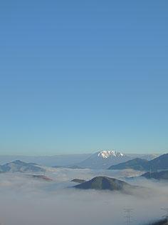 秋晴れの寒い早朝。車で5分の明智峠の雲海。