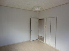 床と壁を張替え明るくなりました。