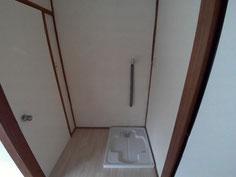 トイレの前のデッドスペースに洗濯機置き場新しく作成ました。