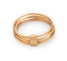 zarter Ring handgefertigt in Düsseldorf, minimalistisches Schmuckdesingn, fünf goldene Ringe