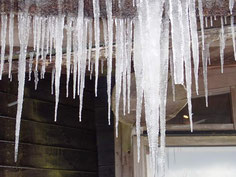 ミュージアムの屋根についた氷柱