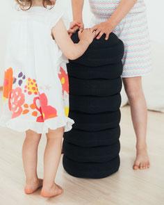 Kinder spielen mit einem Stapelstein PHOENIX Stapelturm