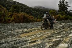 Neuseeland - Motorrad - Reise - Schlamm Piste auf dem Weg zum Camp Nähe Milford Sound bei Regen und Nebel