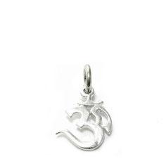 Kettenanhänger freigestelltes OM Symbol. OM ein Schriftzeichen aus dem Sanskrit-Alphabet das die drei Buchstaben A, U und M  verbindet.