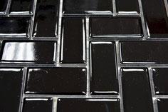 mosaico in ceramica colore nero forma lisca di pesce lucido