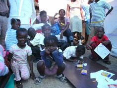 Atelier du coloriage avec les enfants du camp de réfugiés.