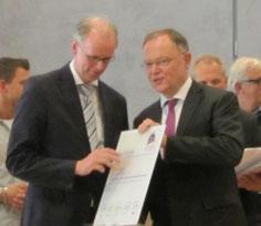 Überreicht das Gütesiegel an den FBL AWT: Ministerpräsident Stefan Weil (rechts)