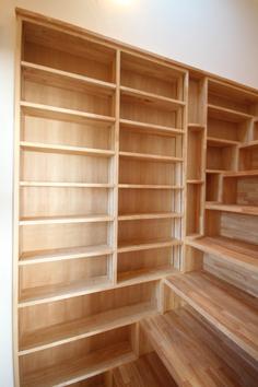 階段横の収納棚