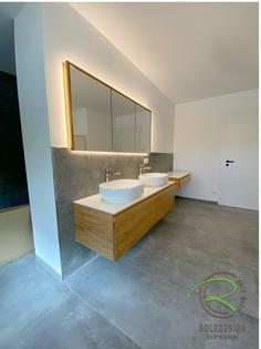Massivholz Badmöbel nach Maß vom Schreinerei Holzdesign Ralf Rapp in Geisingen mit in Wand eingelassener Spiegelschrank, Waschtischunterschrank u. Schminktisch mit weißer Aufsatzplatte, Badezimmerset in Eiche vom Schreiner