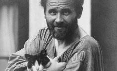 Gustav Klimt eine seiner Katzen im Arm haltend vor seinem Atelier in Wien VIII. Josefstädter Straße 21. Photographie von Moritz Nähr um 1912. © IMAGNO/Austrian Archives