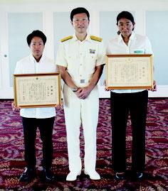 遠山部長(中央)から表彰を受けた松浦さん(左)、小島さん(右)=11日午後、ANAインターコンチネンタル石垣リゾート