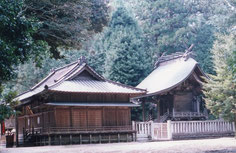 稲田神社。左・拝殿、右・本殿。笠間市稲田。