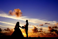 Brautpaar vor Sonnenuntergang