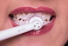 Mindestens zwei Mal täglich Zähne putzen (© Amanda Day)