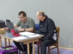 Höchste Konzentration bei der Turnierleitung: Christian Ahrens (links) und Frank Preugschat